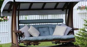 Выбираем садовые качели: материалы, конструкции, аксессуары